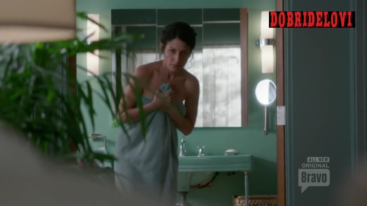 Lisa Edelstein drops the towel in Girlfriend's Guide to Divorce