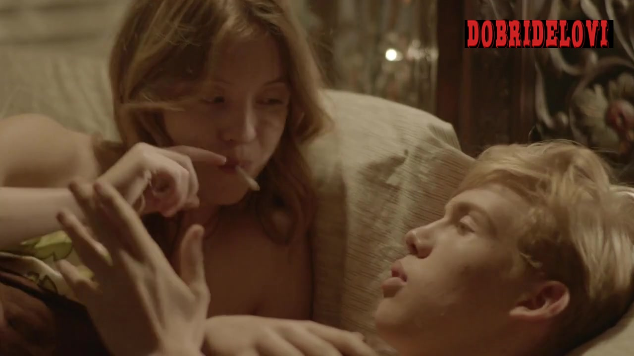 Sydney Sweeney undresses and en joys joint with dude in bed