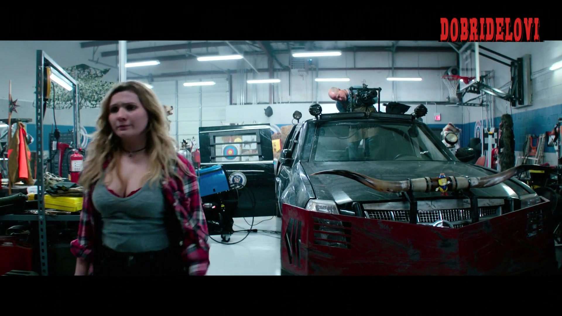 Abigail Breslin shows some cleavage in au autobody shop for Zombieland Double Tap
