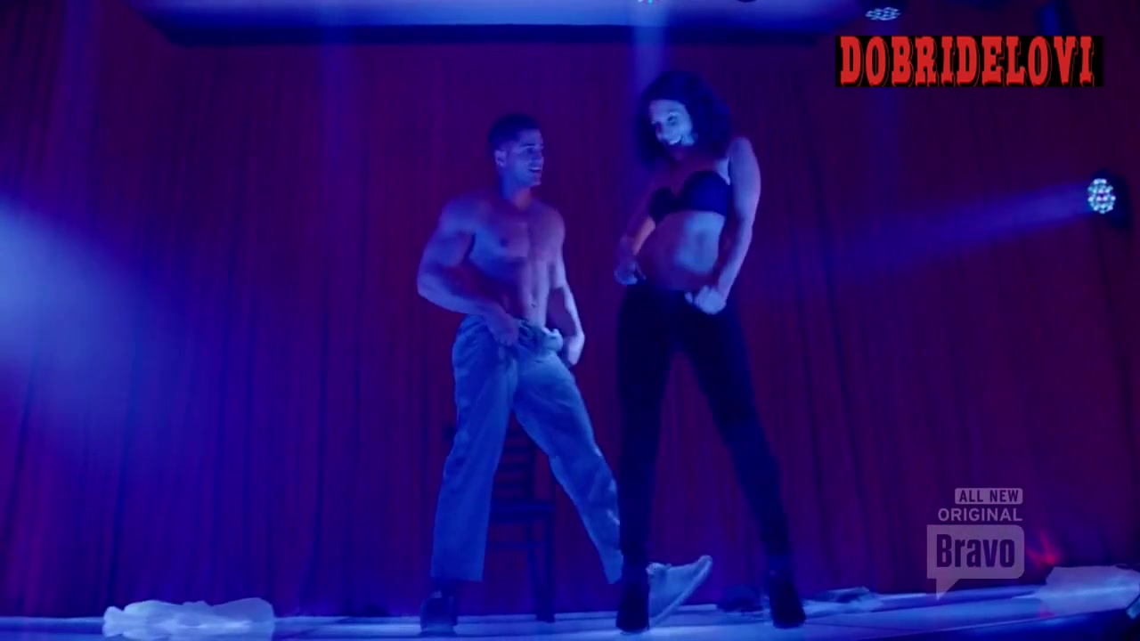 Lisa Edelstein strips on stage for Girlfriends Guide to Divorce