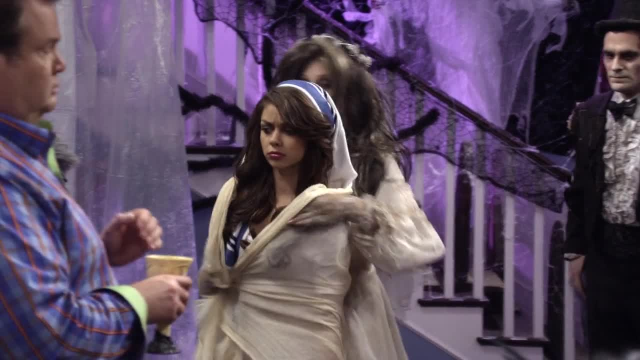Sarah Hyland sexy outfit scene from Modern Family