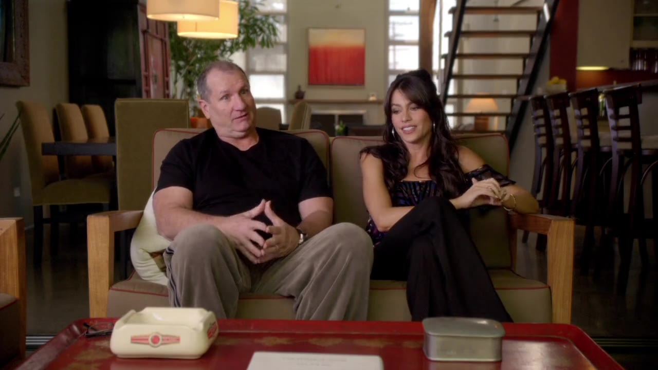 Modern Family's Jay and Gloria couch session s01e01