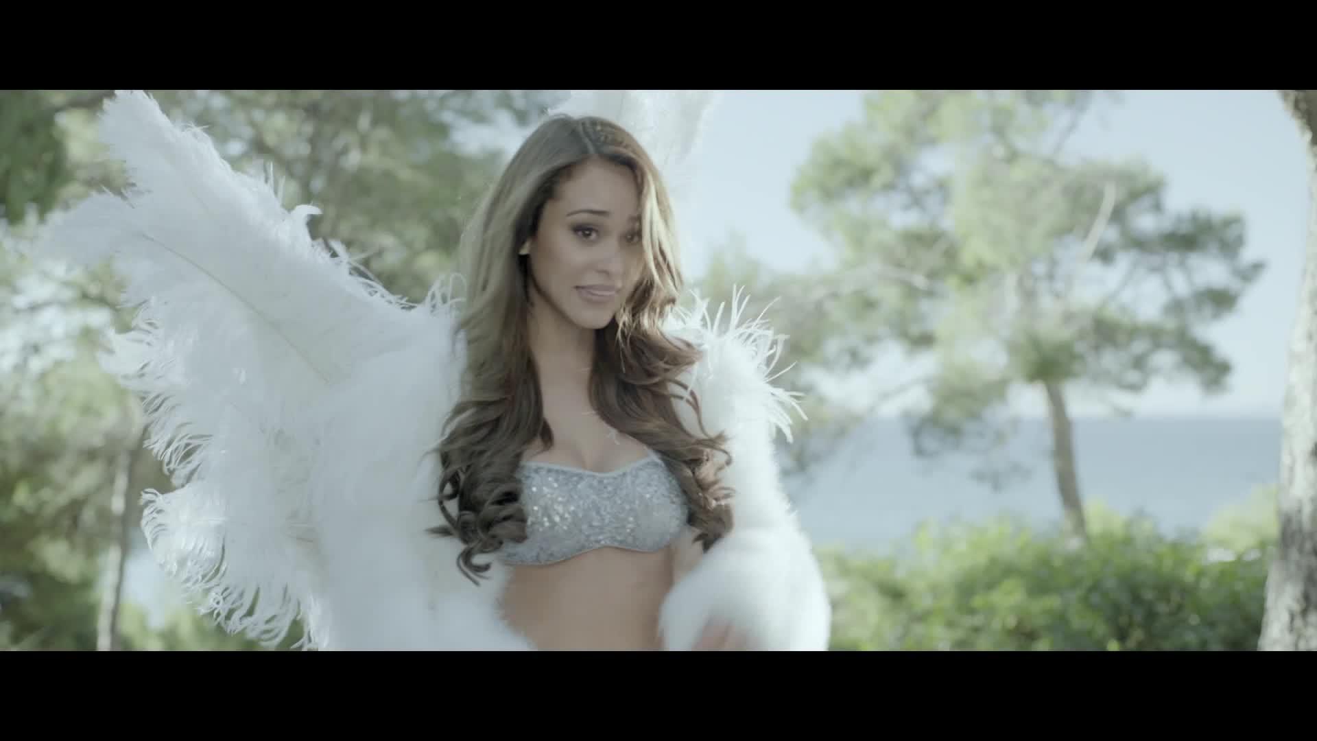 Yanet Garcia dressed as angel scene from Bellezonismo