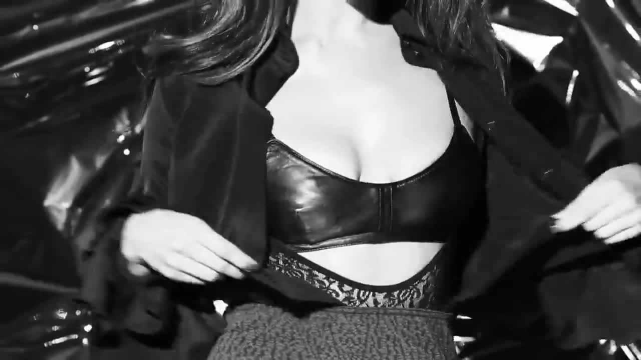 Irina Shayk screentime - love advent