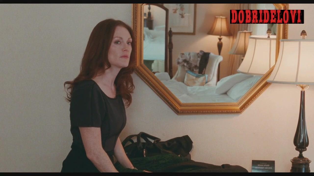 Amanda Seyfried nude butt in mirror scene from Chloe