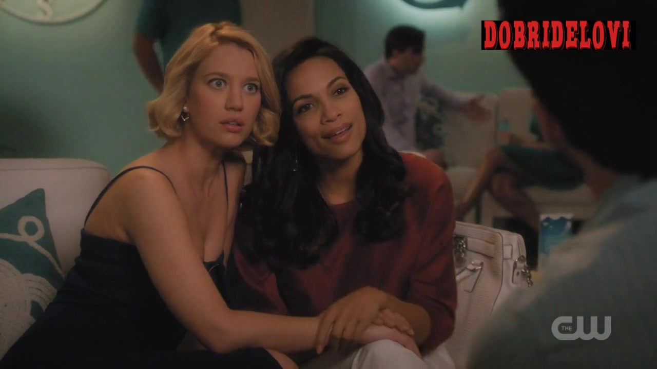 Rosario Dawson and Yael Grobglas holding hands and kissing scene from Jane the Virgin