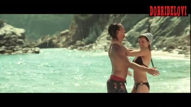 Penélope Cruz playing in the beach with Matthew McConaughey scene from Sahara
