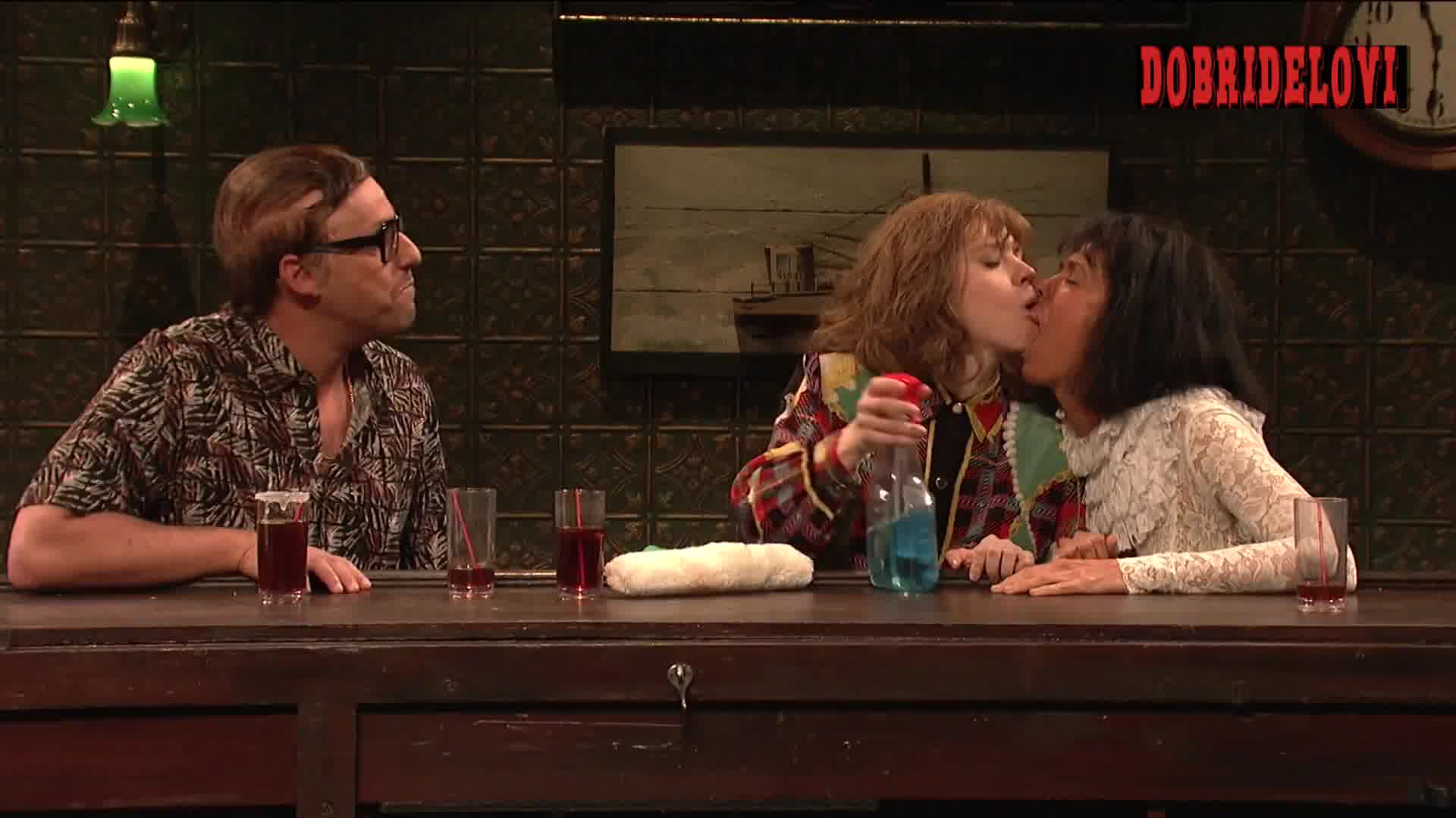 Kate McKinnon and Kristen Wiig lesbian fake tan scene from Saturday Night Live