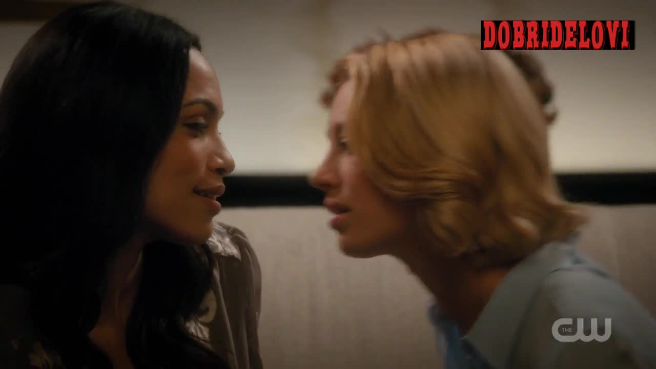 Rosario Dawson and Yael Grobglas making out on couch scene from Jane the Virgin